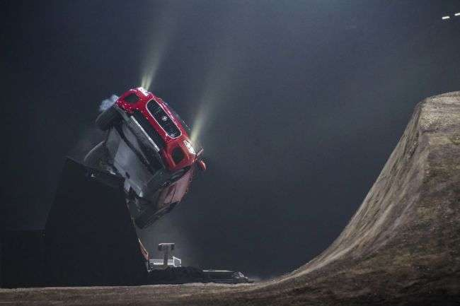 Відео: Новий кросовер Jaguar E-PACE виконав «бочку»