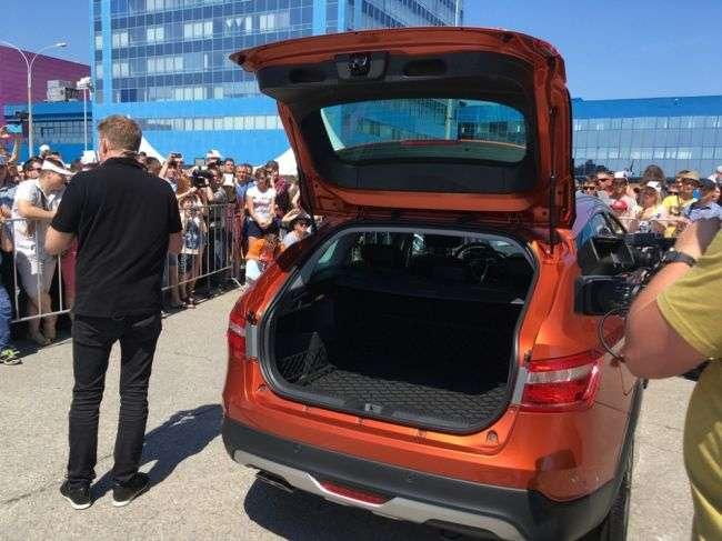 Новий універсал LADA Vesta SW Cross показав головний дизайнер Автовазу в Тольятті