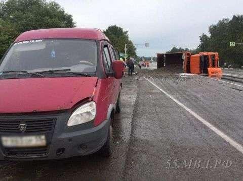 В Омську «КамАЗ» зі щебенем на повному ходу врізався в маршрутку: фото