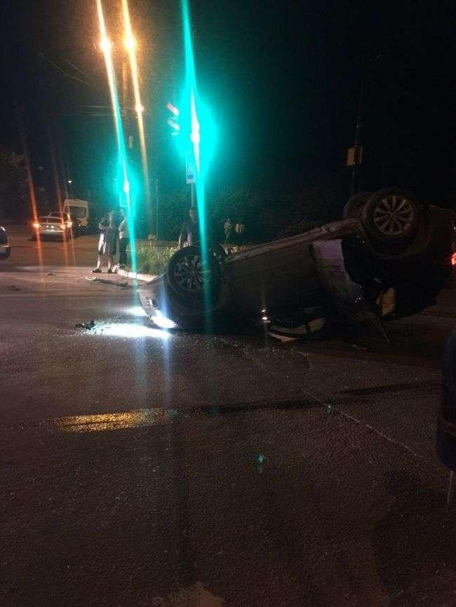 ДТП в Твері: після зіткнення з автомобілем Chrysler перекинувся кросовер