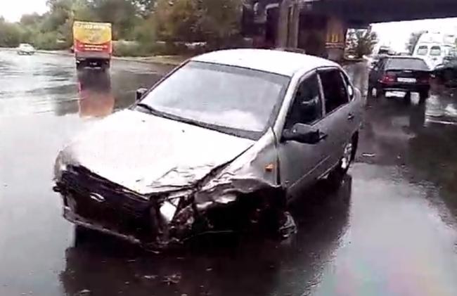 Оренбург: після ДТП легковик залишилася без передніх коліс