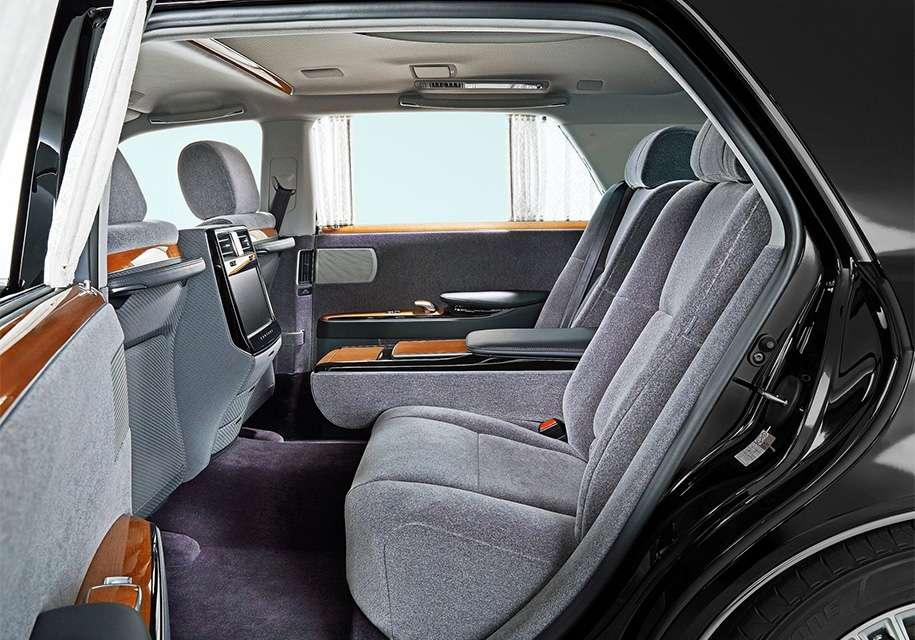 Toyota презентувала розкішний седан Century з салоном з 60-х років